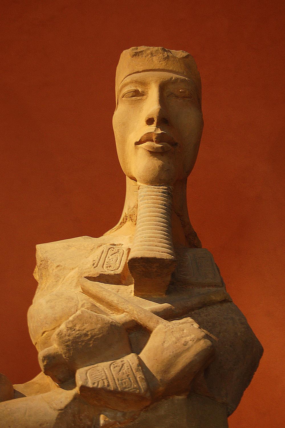 Pharaon_Akhénaton,_Louvre - Wikipeida.jpg